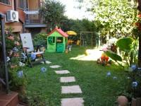 giardino messo quasi a posto, nel 2007, con casetta per i bimbi