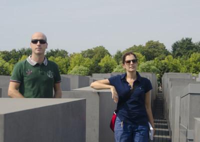 Raffaele e Chiara nel monumento commemorativo delle vittime dell'olocausto