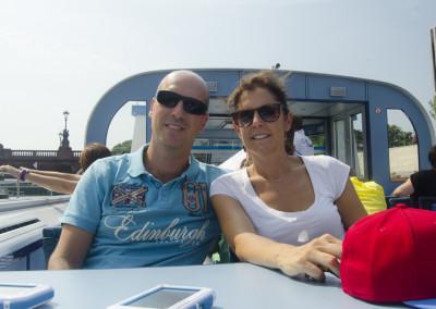 Chiara e Raffaele sul barcone lungo il fiume, a Berlino