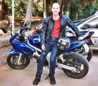 Raffaele Galano a Cerveteri, con amici, la giacca Dainese Imatra e la moto bicilindrica